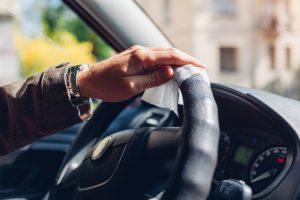 Hogyan fertőtlenítsük az autót, kell-e maszk az autóban koronavírus idején?